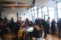 Teilnehmerinnen und Teilnehmer des Forums tauschen sich beim Mittagessen aus.